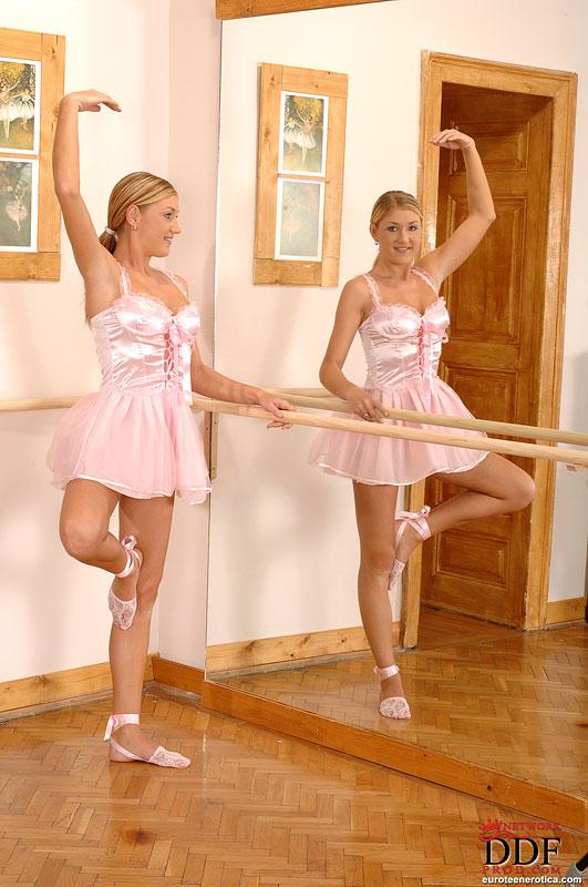 Балерина в студии предается плотским утехам с парнем