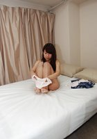 Азиатка с маленькими сиськами мастурбирует вагину вибратором 10 фотография