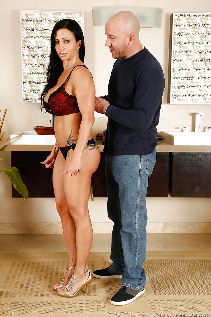 Темноволосая девка с силиконовыми сисями плескается под душем вместе с мужем
