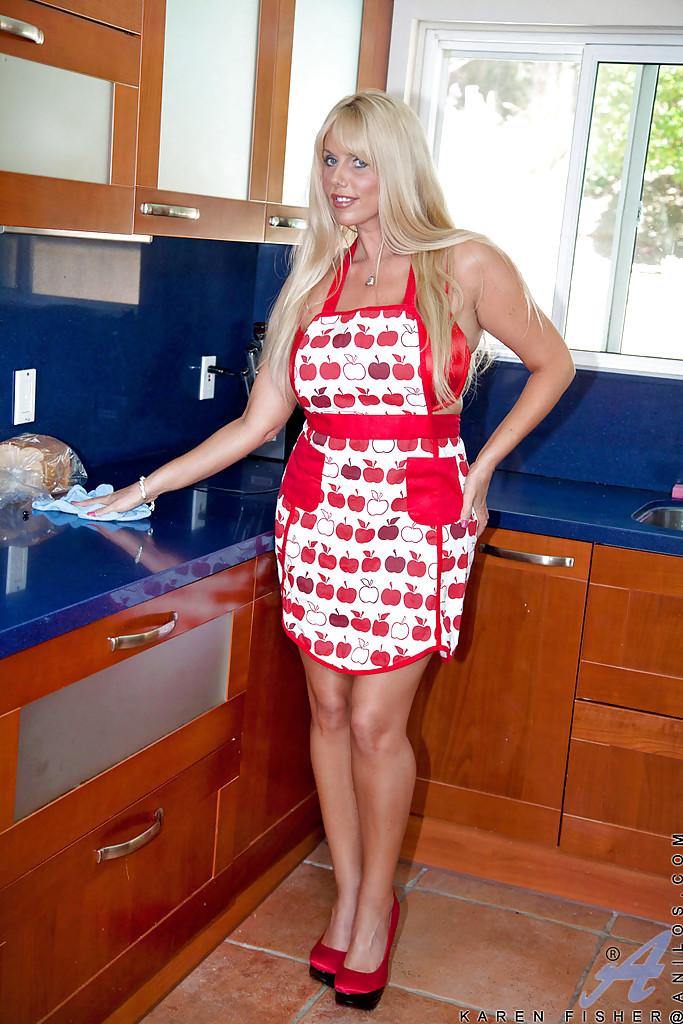 Грудастая тетка теребонькает в домашних условиях сиреневым самотыком