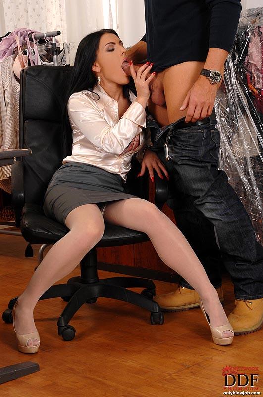 Чувственная брюнеточка сосет дизайнеру в его кабинете секс фото