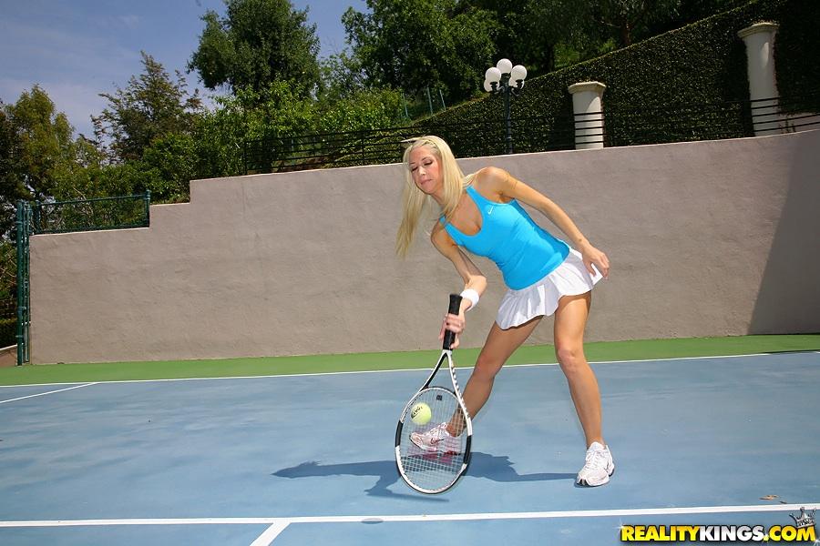 Три юные теннисистки показали изящные попы на корте