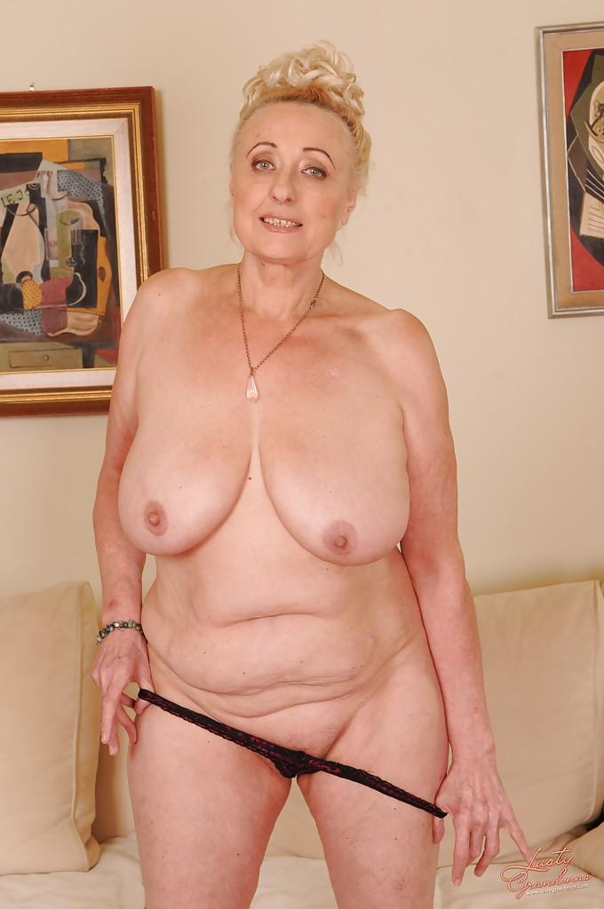 Вблизи от кушетки жирная старуха сняла всю одежду