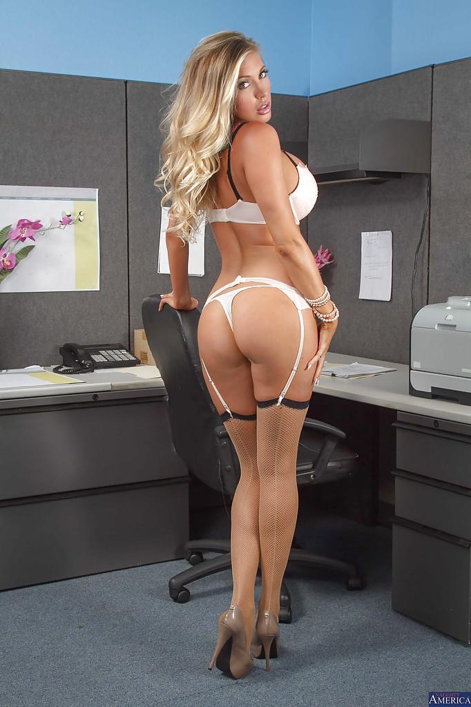 Сексуальная помошница обнажила искуственные сиськи в офисе