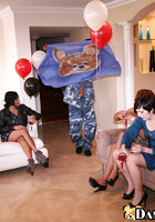 Выпившие домохозяйки берут в рот негра на вечеринке 3 фотография