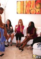 Выпившие домохозяйки берут в рот негра на вечеринке 12 фотография