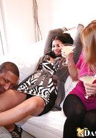 Выпившие домохозяйки берут в рот негра на вечеринке 13 фотография
