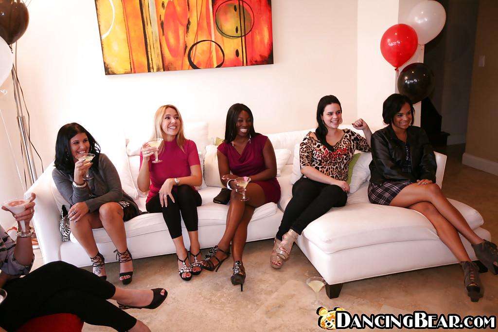 Выпившие домохозяйки заглатывают африканца на вечеринке секс фото