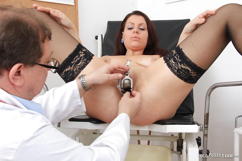 Гинеколог засунул в пациентку расширитель вагины