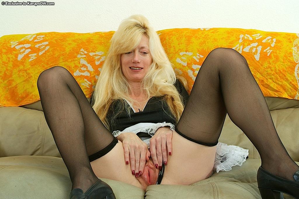 Во время перерыва старая уборщица сняла трусы до чулков секс фото