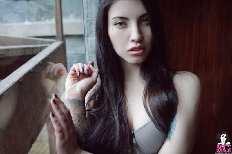 Сучка с татухой светит плотными грудями в номере