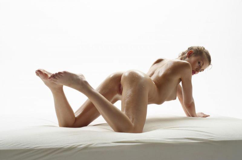 Чика обмазанная маслом светит шмонькой на постели