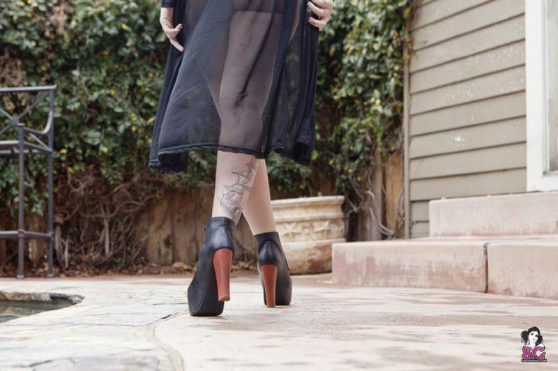 На улице за домом татуированная фифа шалит в ажурном боди