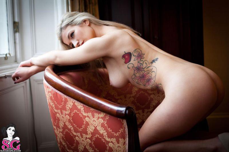 Татуированная няшка с пирсингом в пупке блистает на кресле