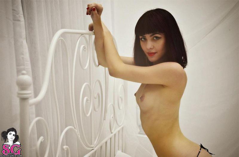 Нимфа с волосами до плеч светит раздетыми формами на постели смотреть эротику