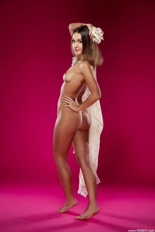 Милашка красуется голым телом на малиновом фоне