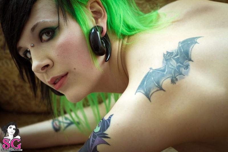 Неформалка с зелеными локонами светит голым телом