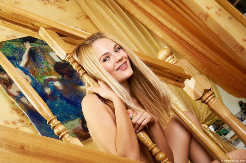 Молоденькая блондинка без трусиков делает селфи на деревянной лестнице смотреть эротику