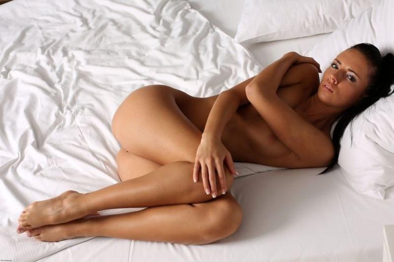 Брюнетка с тату блистает сиськами на светлой постели