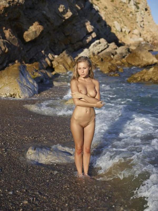 Блондинка с красивой грудью проветривает шмоньку на морском берегу