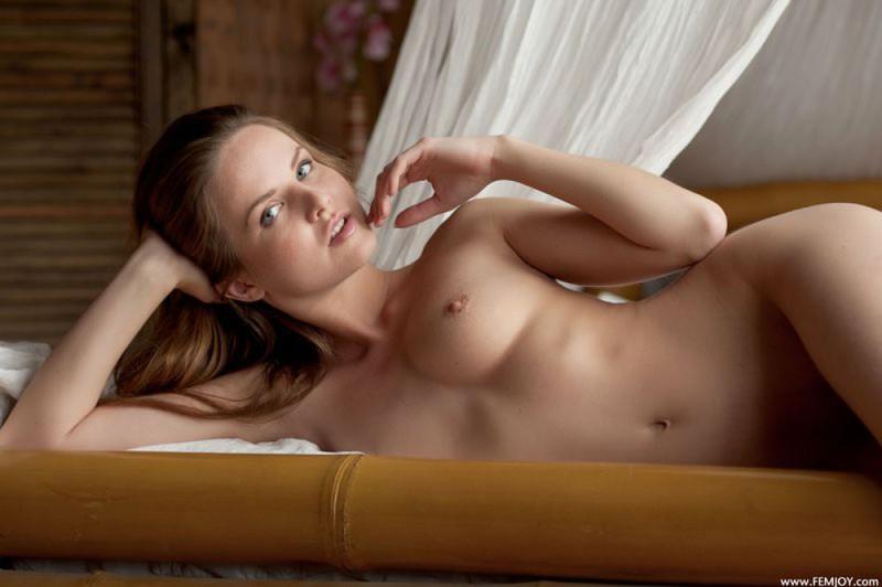 Привлекательная красавица фоткается на кроватке с балдахинами