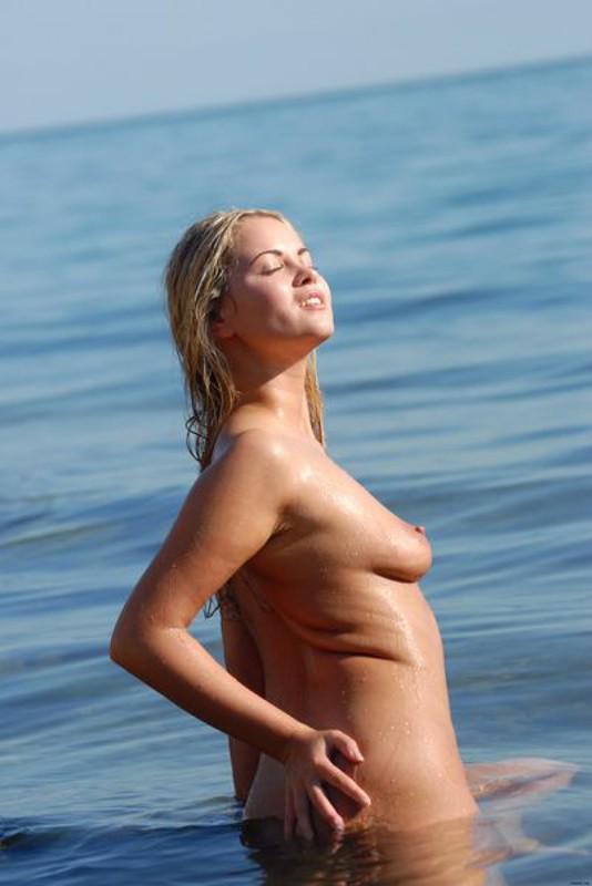 Обнаженная светловолосая телка искупалась на море секс фото