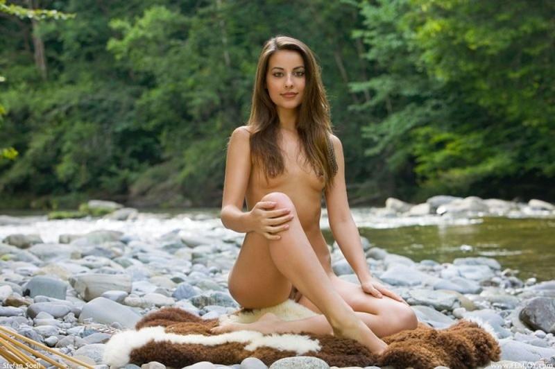 Индианка с интим стрижкой хвастается голым телом на каменистом берегу реки