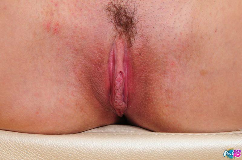 Гимнастка в эротичном наряде в гостиной красуется своей гибкостью