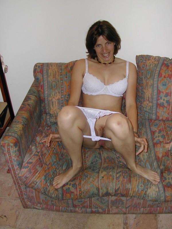 Чувиха показала небритую вульву перед самоудовлетворением на диване
