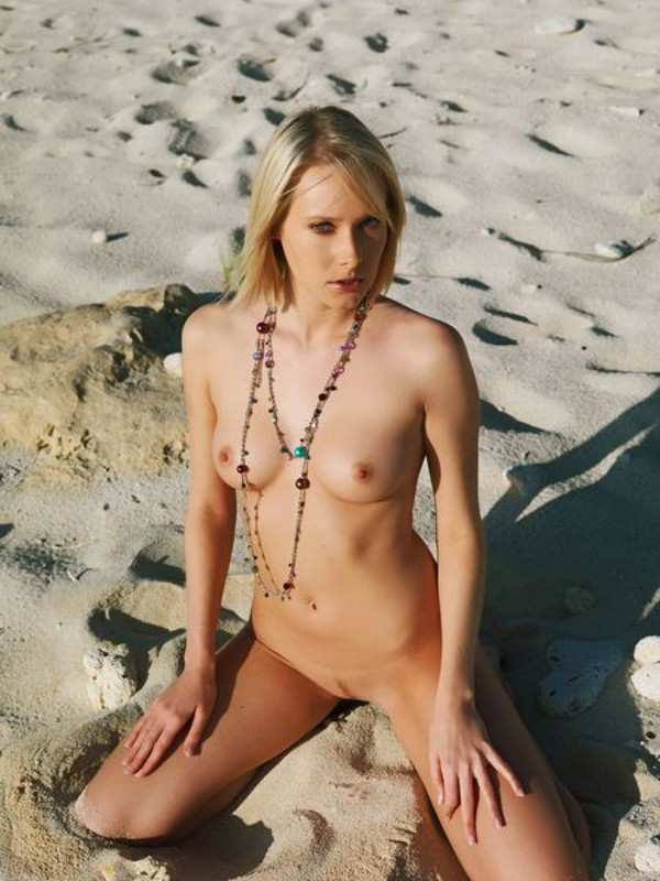 Страстная блондиночка без трусов фотографируется на гавайском песке