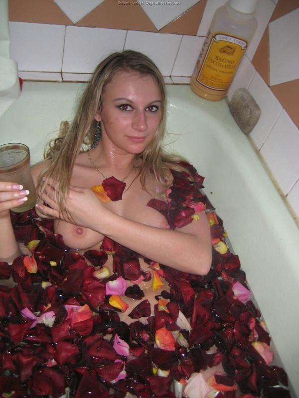 Баба со светлыми волосами фотографируется у себя в квартире в сексуальном белье