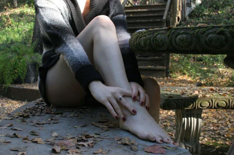 Осенью коротко стриженная деваха разделась в старом парке