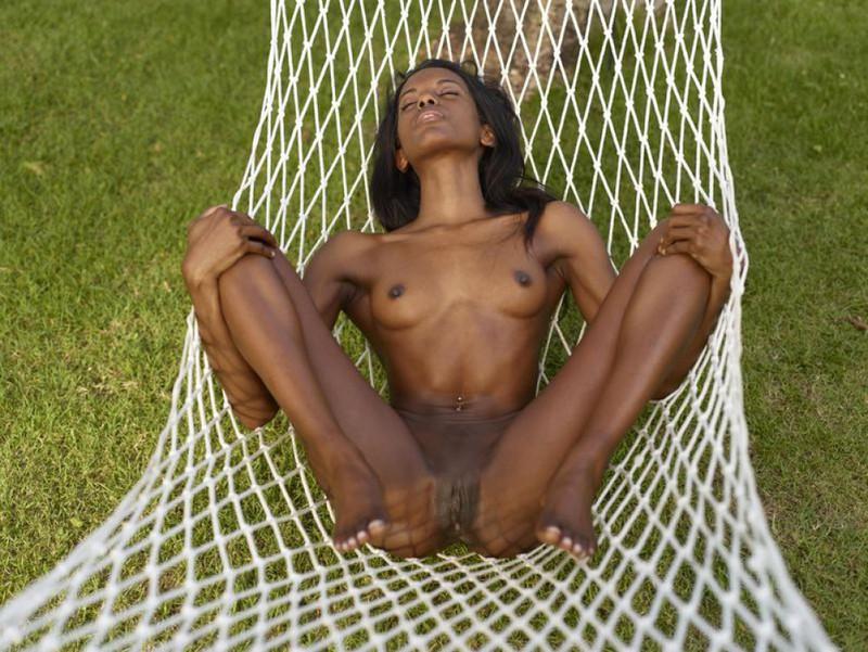 Негритянка светит черной писькой на гамаке