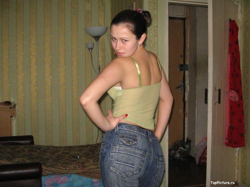 Милая брюнетка не прочь ходить обнаженной по своему дому секс фото