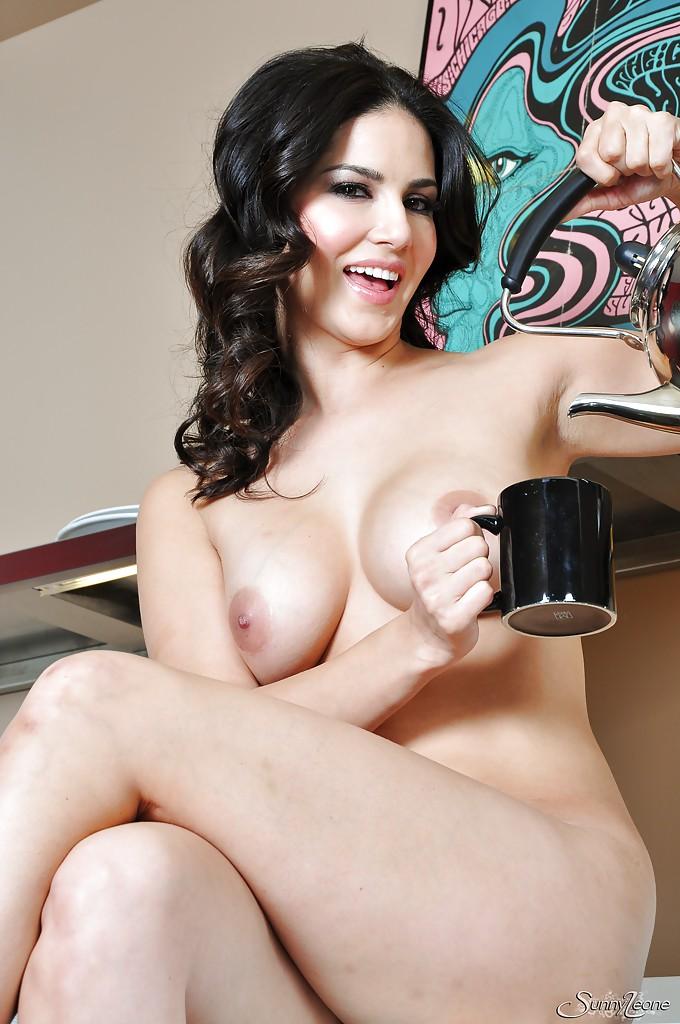 Зазноба с интимной стрижкой разделась догола на кухне перед чаепитием