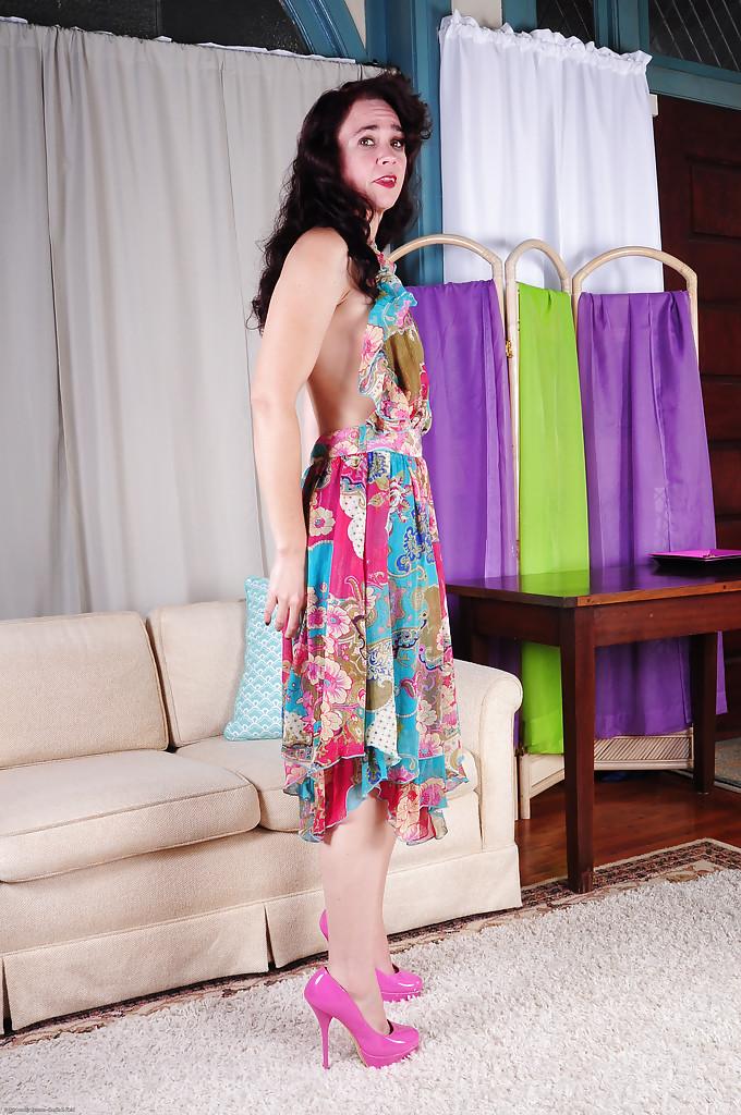 Матерая пошлячка с набухшими сосками светит растраханными дырочками в комнате секс фото