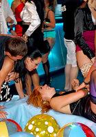 Пьяные цыпочки устроили оргию во время вечеринки 4 фотография