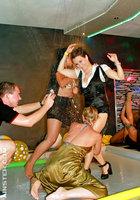 Пьяные цыпочки устроили оргию во время вечеринки 14 фотография