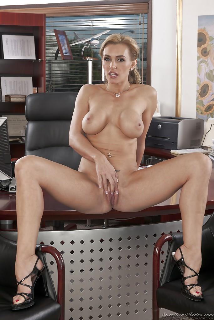 Начальница со спортивным телосложением блистает дойками в кабинете