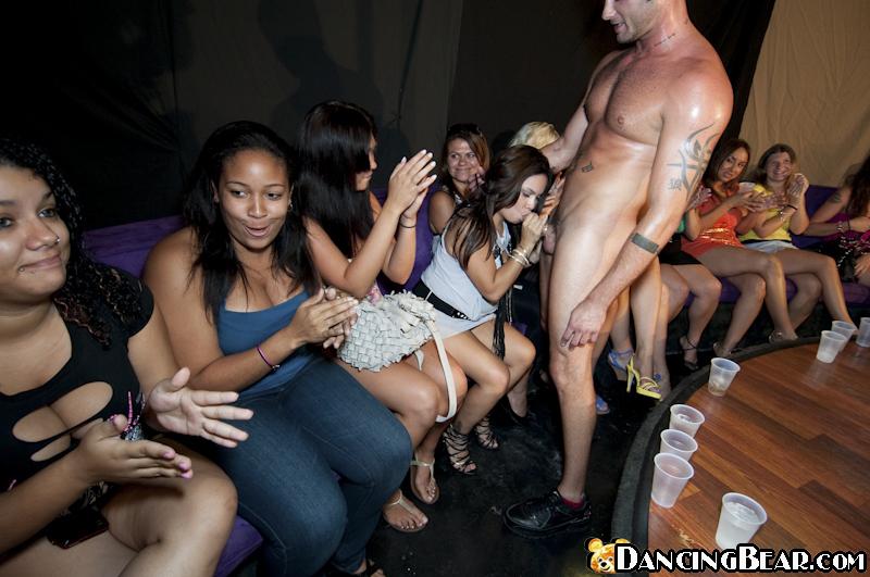 Стриптизер дает на рот множеству телочек на вечеринке