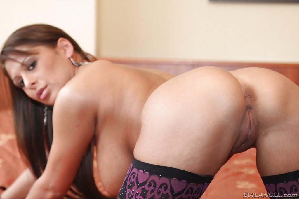 Длинноволосая деваха сняла лифчик чтобы сфотографировать крупные силиконовая грудь