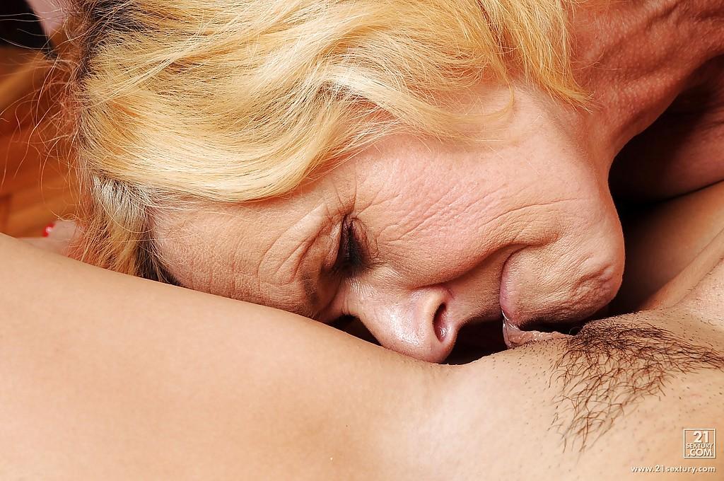 Молодая лесби занимается однополым сексом с Двумя бабками смотреть эротику