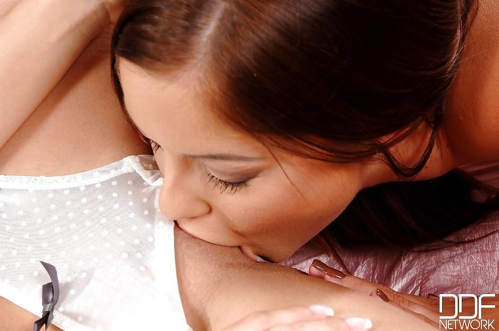 Лесбиянки с интимными стрижками предаются плотским утехам на кровати
