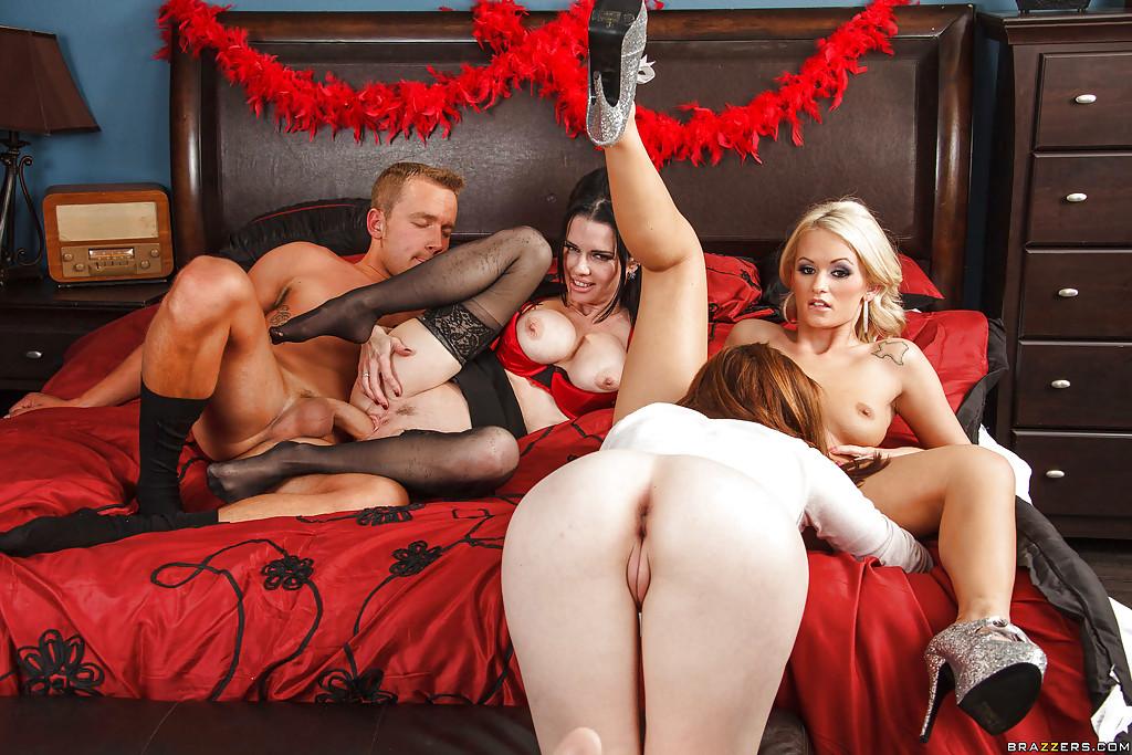Ловелас в спальне зажигает с тремя озабоченными мамками смотреть эротику