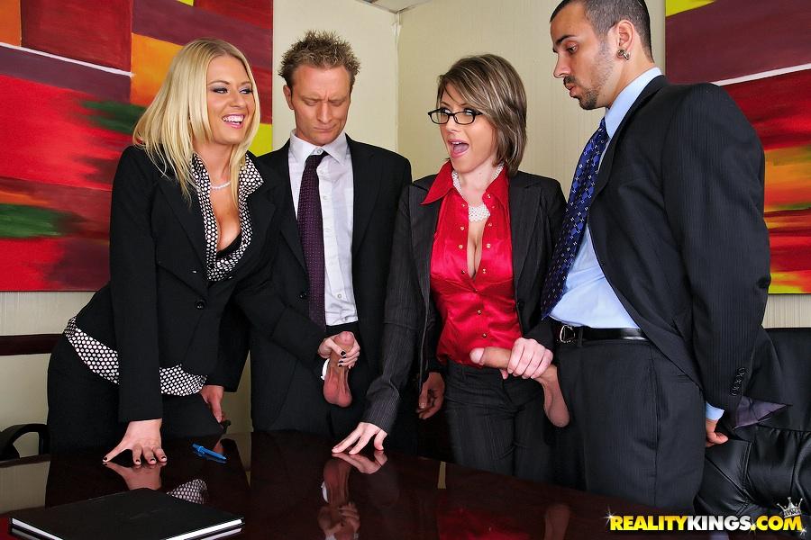 Менеджеры порют в попу 2-х директрис в кабинете, порвав на них штаны