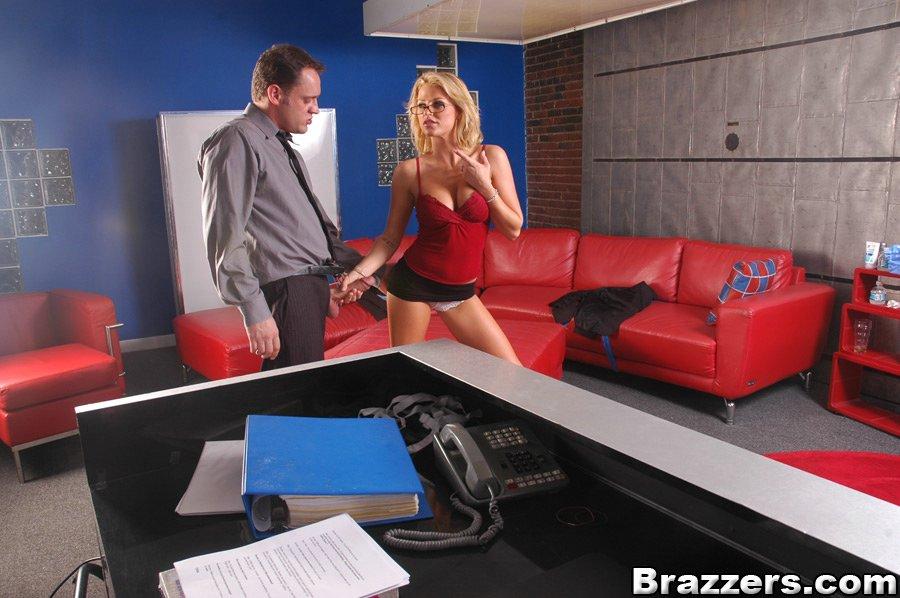 Менеджер трахается с бухгалтершой на красном софе