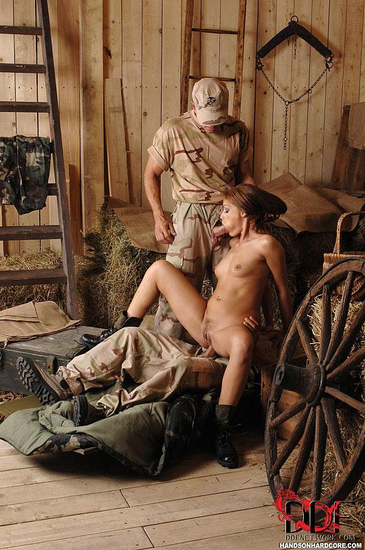 Офицеры трахают озабоченную солдатку в хлеву