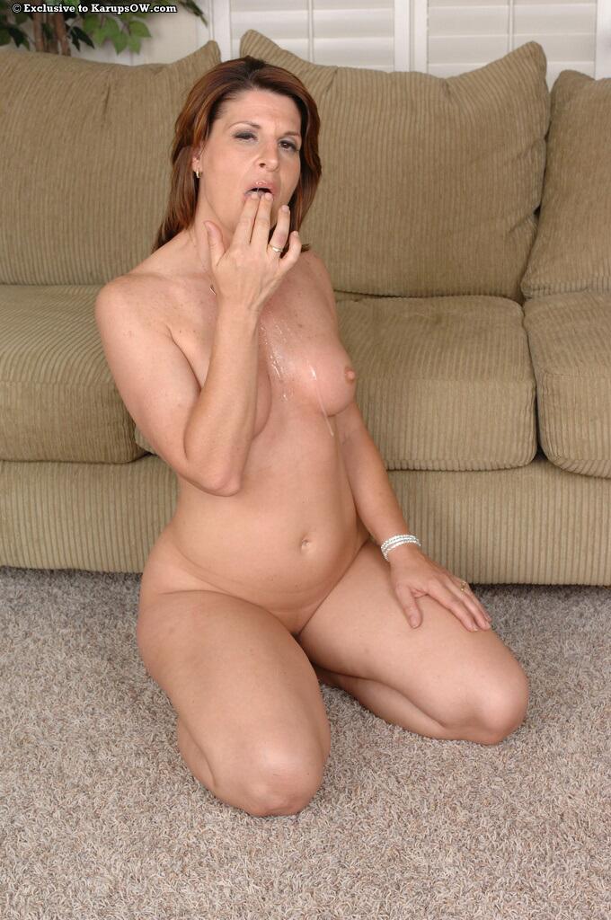 Милфа с ухоженным туловищем сношается на диванчике стоя рачком