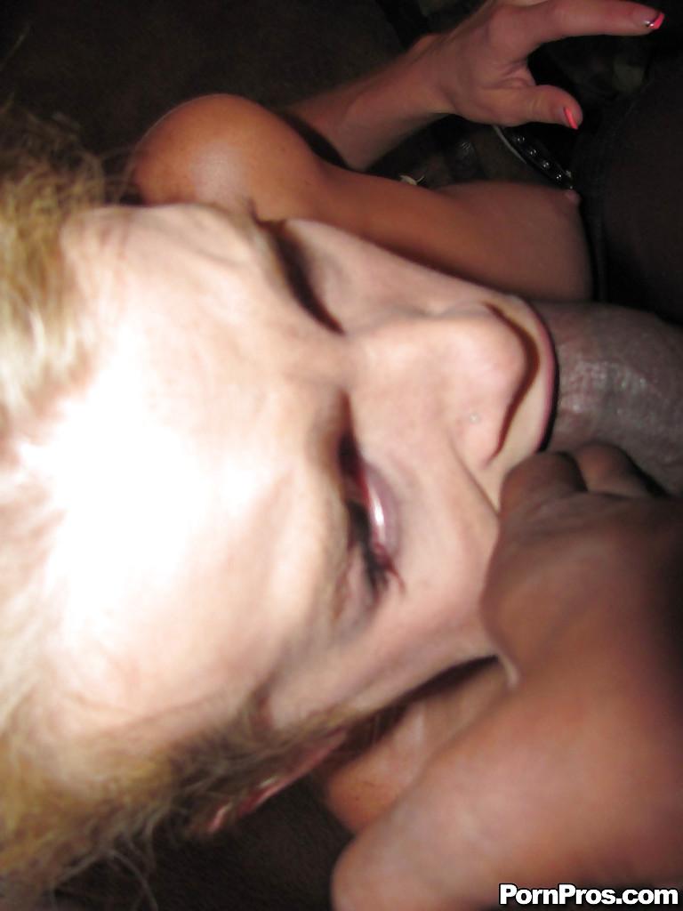 Светловолосая телка лижет длинный хер нигера, который вкрутил ей лампочку секс фото