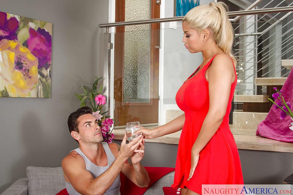 Кровельщик жарит блондинку с громадными дойками на софе